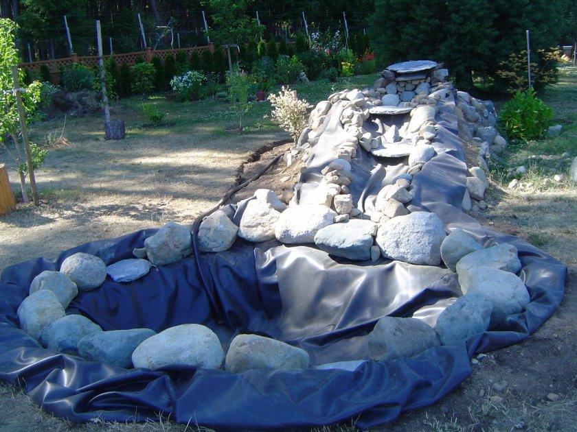 Декоративный прудик с водопадом на даче