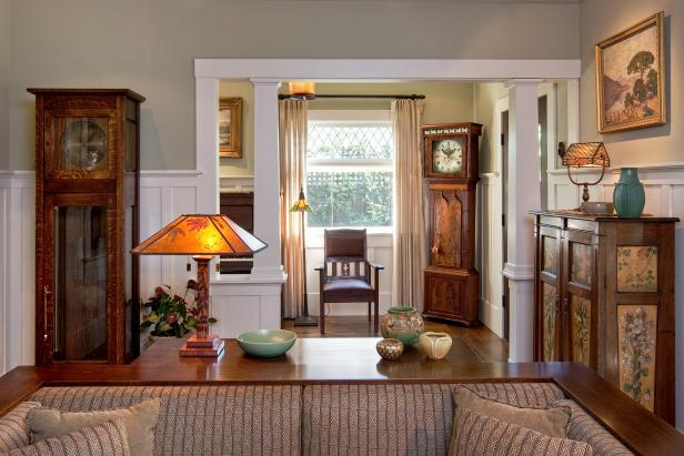гостиная в классическом стиле и напольные часы